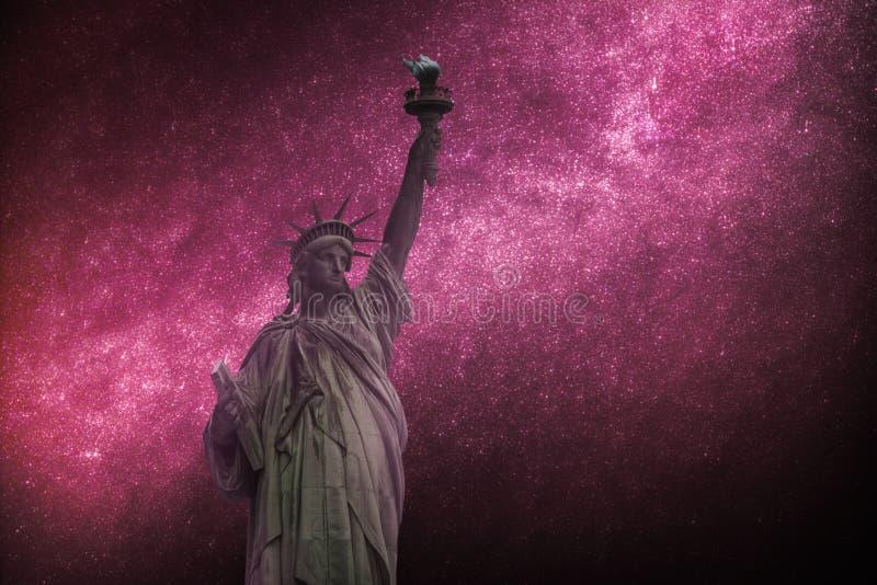 天体摄影,满天星斗的天空在晚上发光 城市自由newyork雕象日落 库存图片