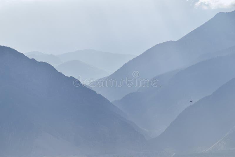 天使全景有薄雾的看法从日出和看起来Wasatch前面落矶山脉的范围发出光线东部在盐湖城犹他  免版税库存图片