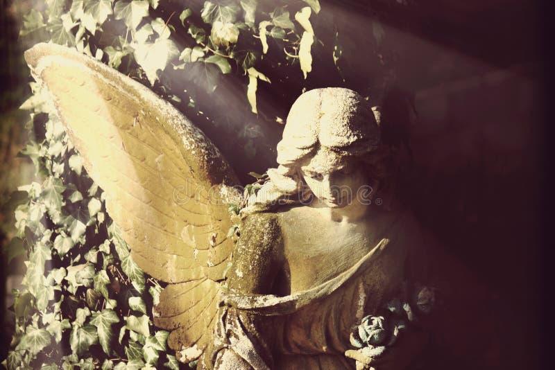 天使古色古香的雕象在被称呼的阳光图象葡萄酒的 库存图片