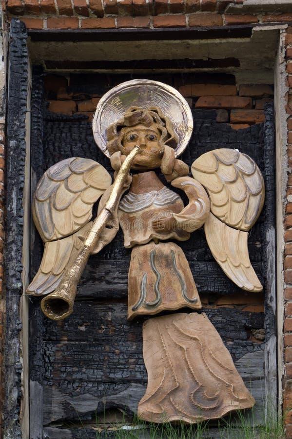 天使吹的金垫铁雕塑古老 库存照片