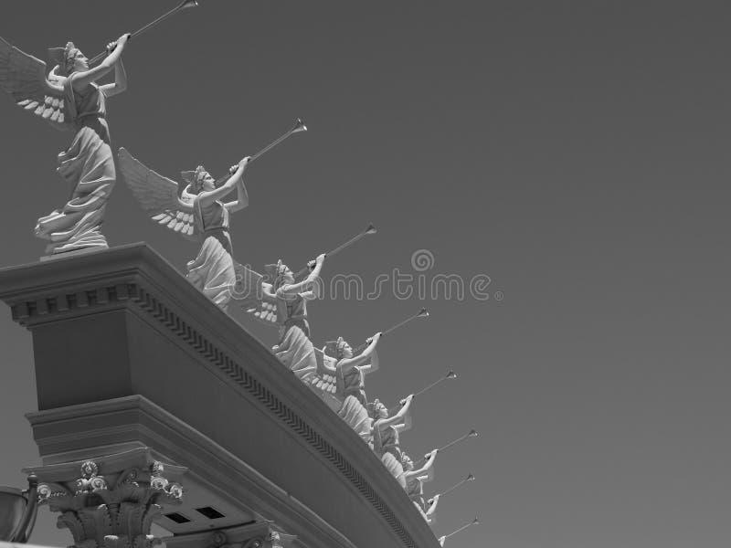 天使吹的雕象喇叭 免版税库存照片