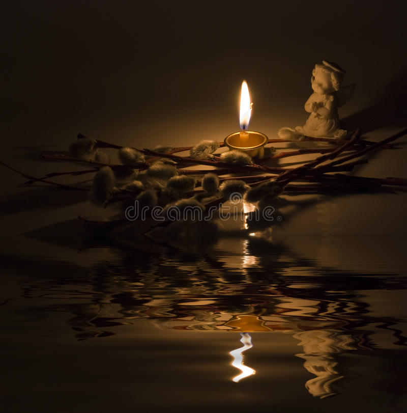 天使和灼烧的蜡烛 免版税库存照片