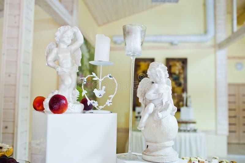天使和蜡烛装饰的小雕象  库存图片