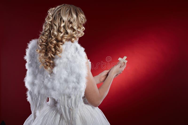 天使回到视图与耶稣受难象的 免版税库存照片