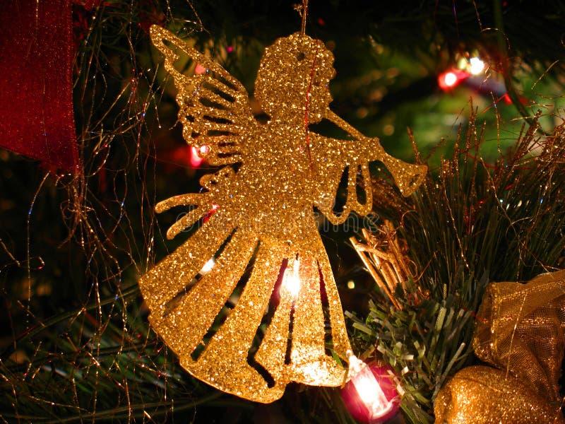 天使圣诞节装饰吹小号 免版税库存照片