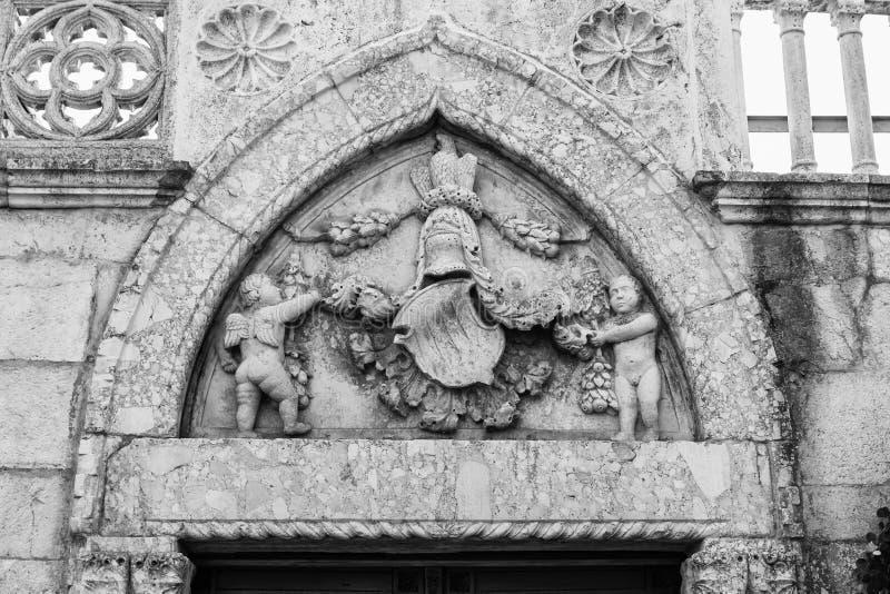 天使在大教堂的入口的上石头雕刻了 免版税库存照片