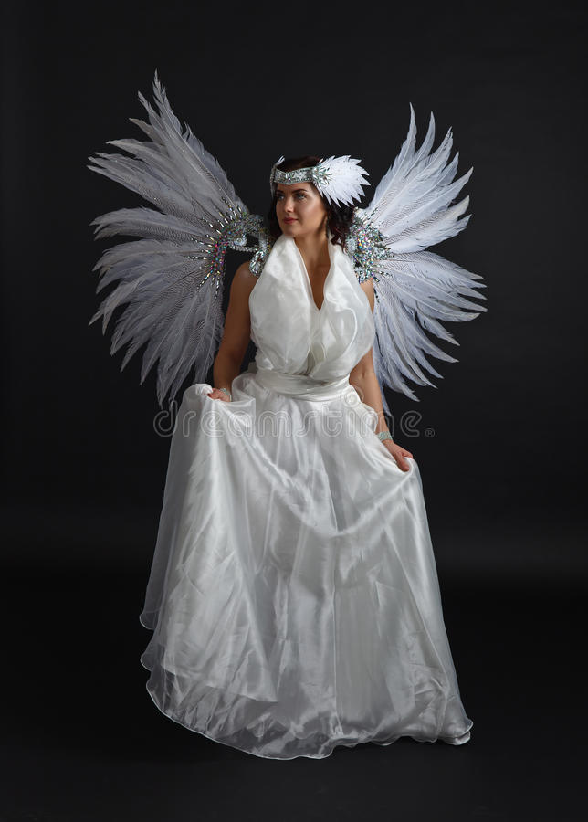 天使服装的有翼的,自然feath年轻美丽的妇女 免版税库存照片