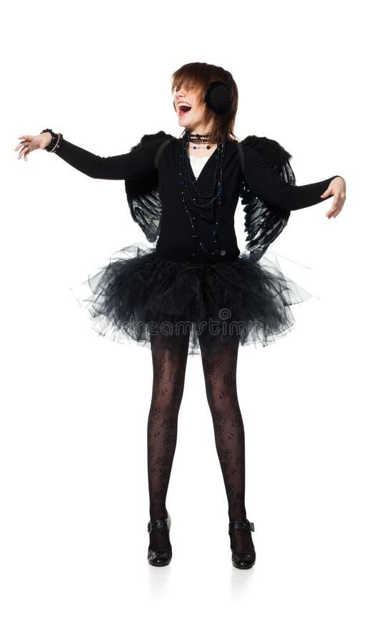 黑天使服装的笑的十几岁的女孩  免版税库存图片