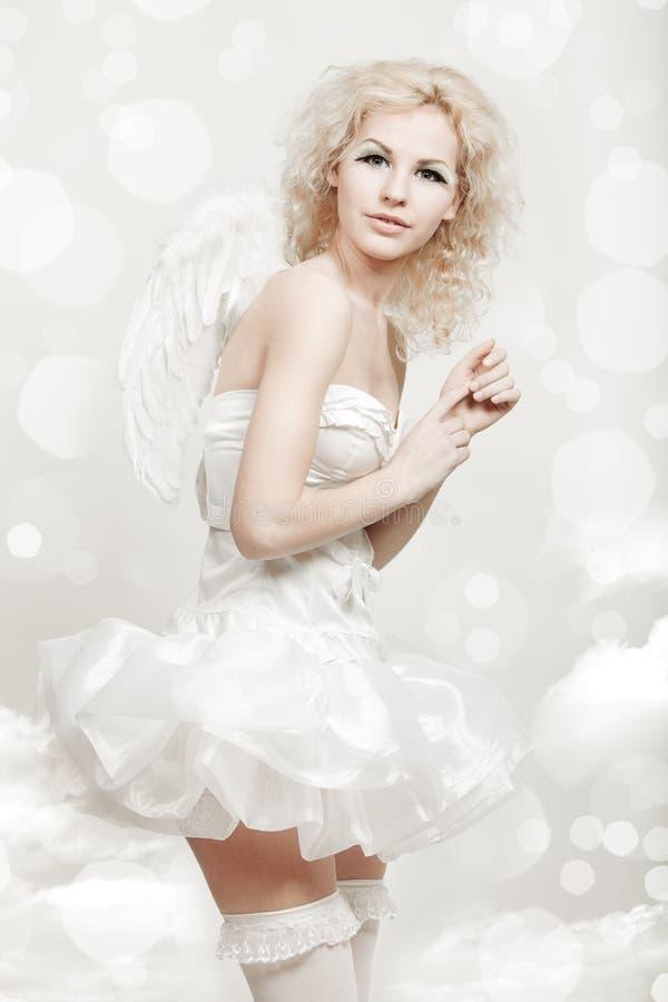 天使服装的年轻白肤金发的妇女 免版税库存图片