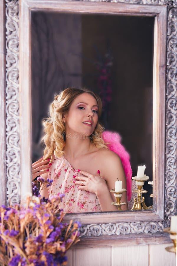 天使服装的年轻美丽的妇女 免版税库存照片