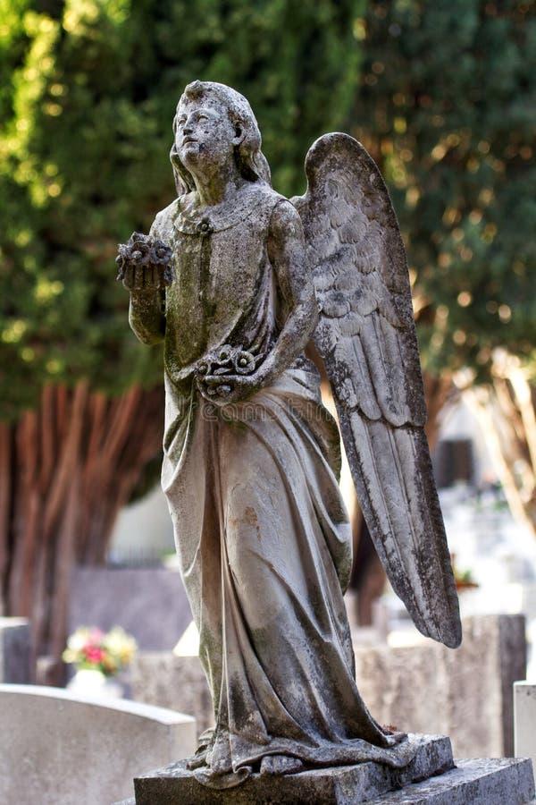 天使石纪念碑雕象在坟墓的 库存图片