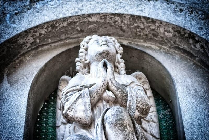 天使祈祷的雕塑 库存图片