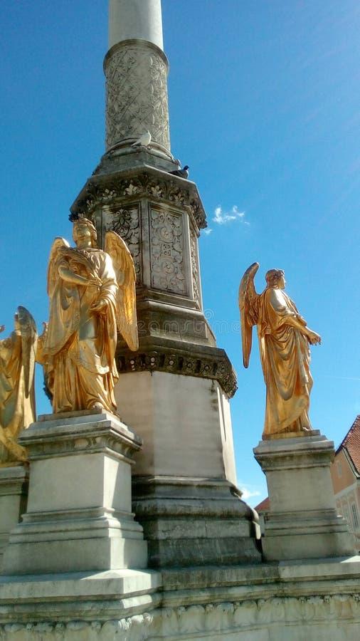 天使艺术性的雕象在喷泉的 库存照片