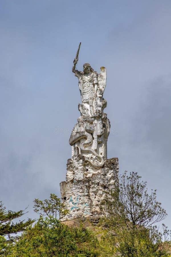 天使迈克尔和在Las Lajas圣所-伊皮亚莱斯,哥伦比亚附近的野兽雕象 库存照片