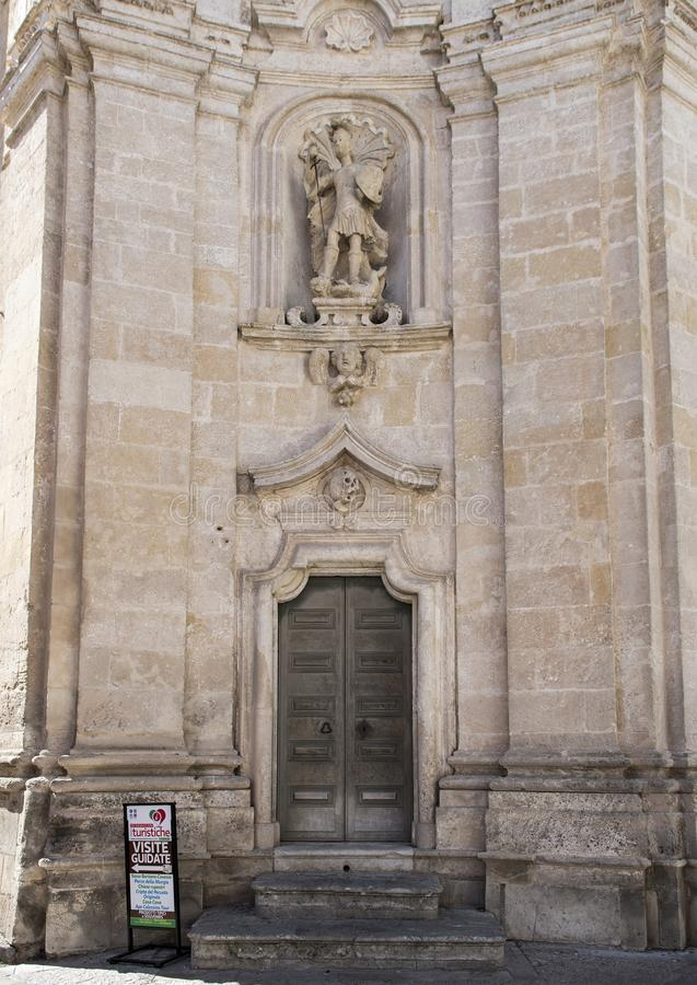 天使迈克尔的雕象在炼狱教会的前面的正确的适当位置的在马泰拉,意大利 免版税图库摄影