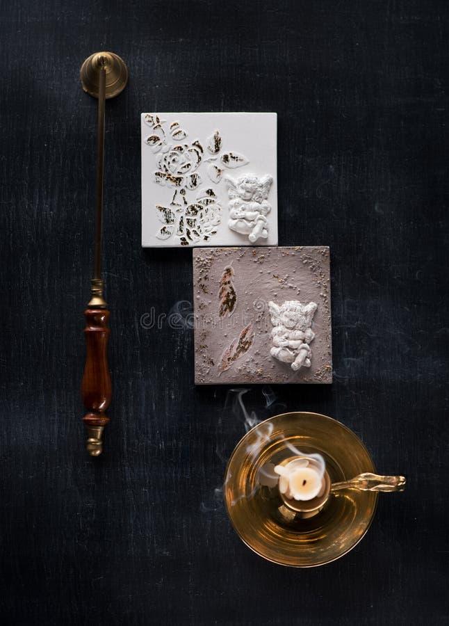 天使雕象从膏药安心灰泥的灰泥装饰 免版税库存照片
