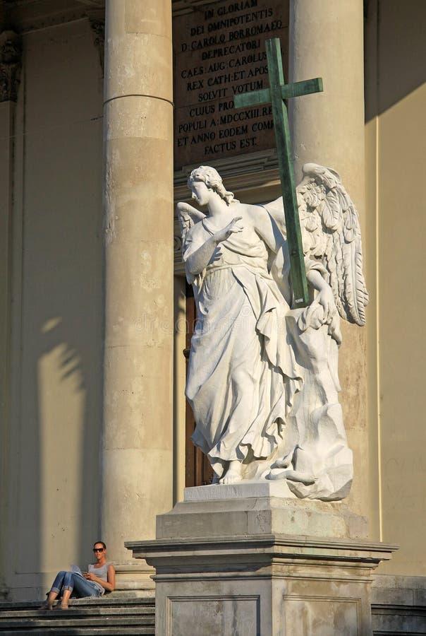 天使雕象在圣查尔斯` s教会熏肉香肠Karlskirche的在Karlsplatz在维也纳,奥地利 库存图片