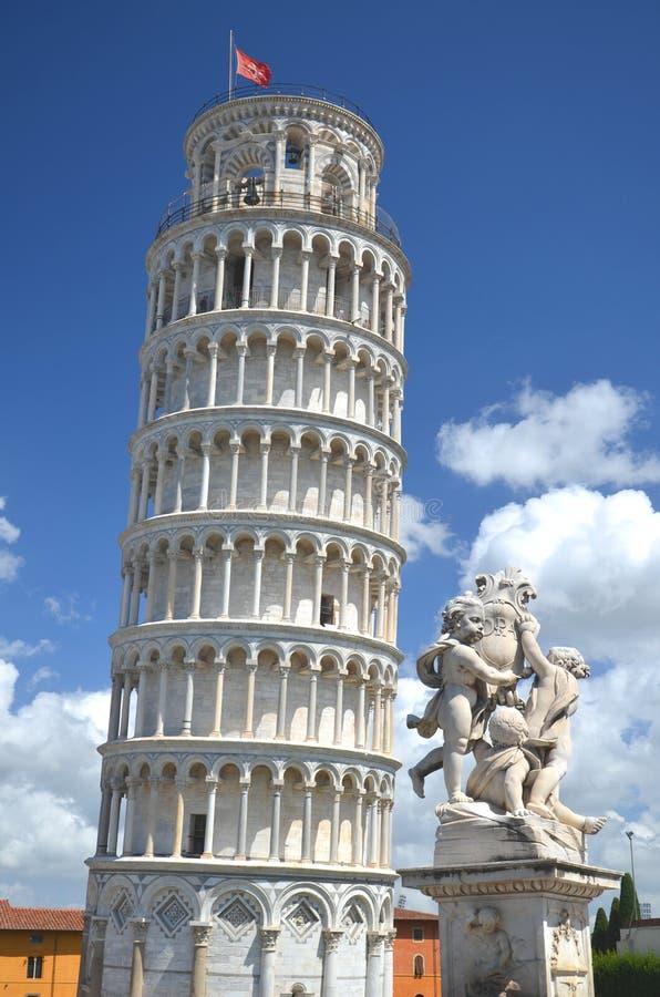 天使雕象在奇迹正方形的在比萨,意大利 图库摄影