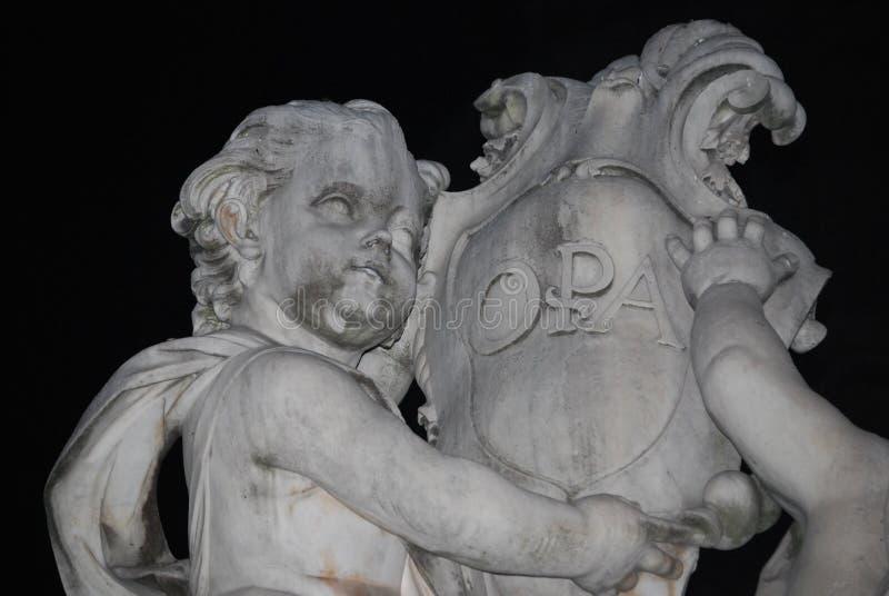 天使雕象在奇迹正方形的在比萨,意大利 免版税库存照片