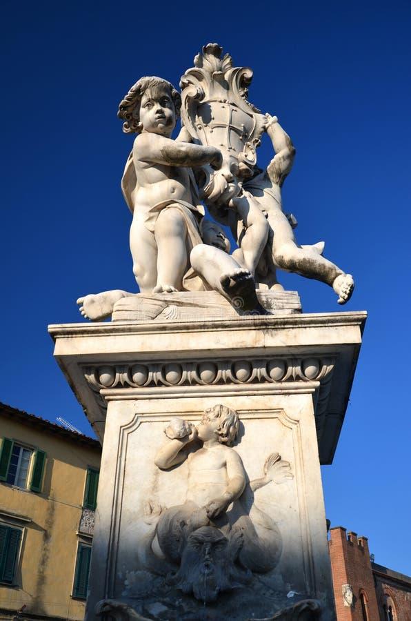 天使雕象在奇迹正方形的在比萨 免版税库存图片