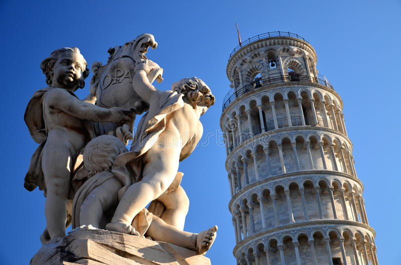 天使雕象在奇迹正方形的在比萨 免版税库存照片