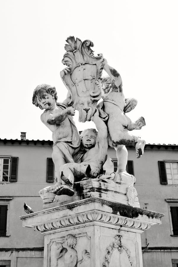 天使雕象在奇迹正方形的在比萨 库存照片
