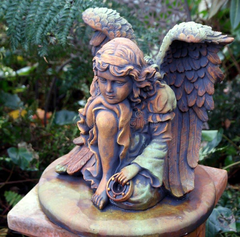 天使雕象在我的庭院里 库存照片