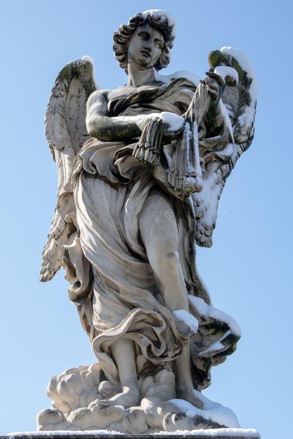 天使雕象在罗马-意大利-在与雪的冬天 免版税库存照片