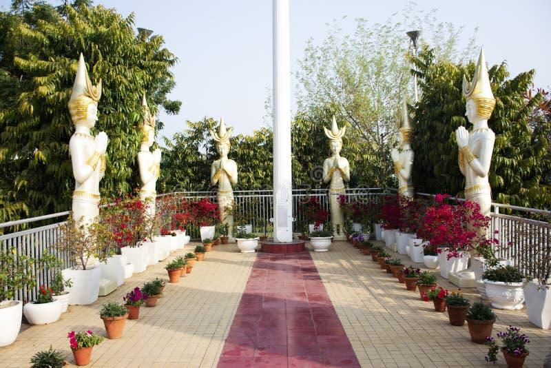 天使雕象在露台印度人民的公园庭院和外国旅客拍照片在室外 库存照片