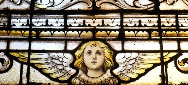 天使,污迹玻璃窗在圣马丁教会里在萨格勒布 免版税库存照片