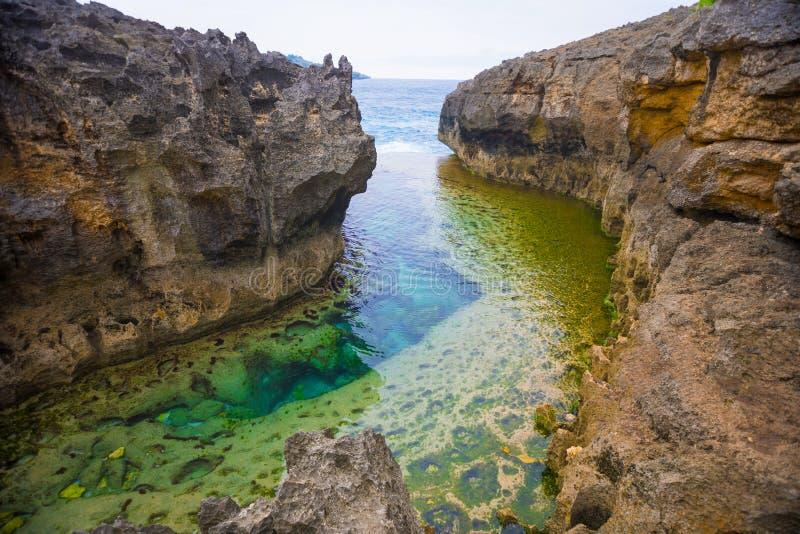 天使` s Billabong是在努沙Penida,巴厘岛,印度尼西亚海岛上的自然无限水池  免版税库存照片