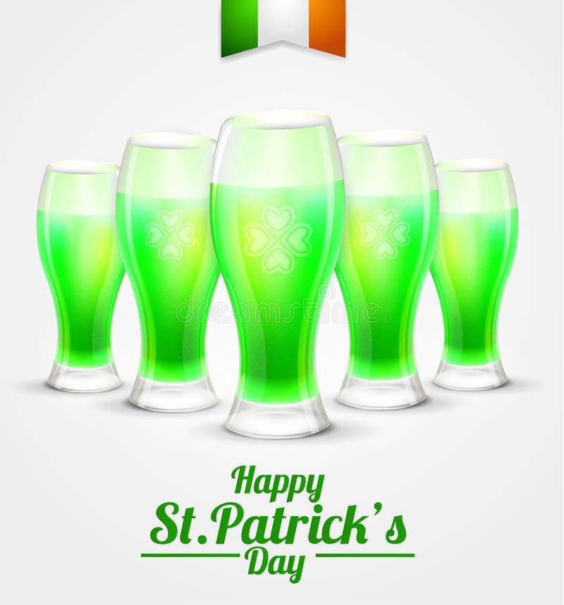 天圣帕特里克的背景 杯在白色背景的绿色啤酒妖精 免版税库存图片