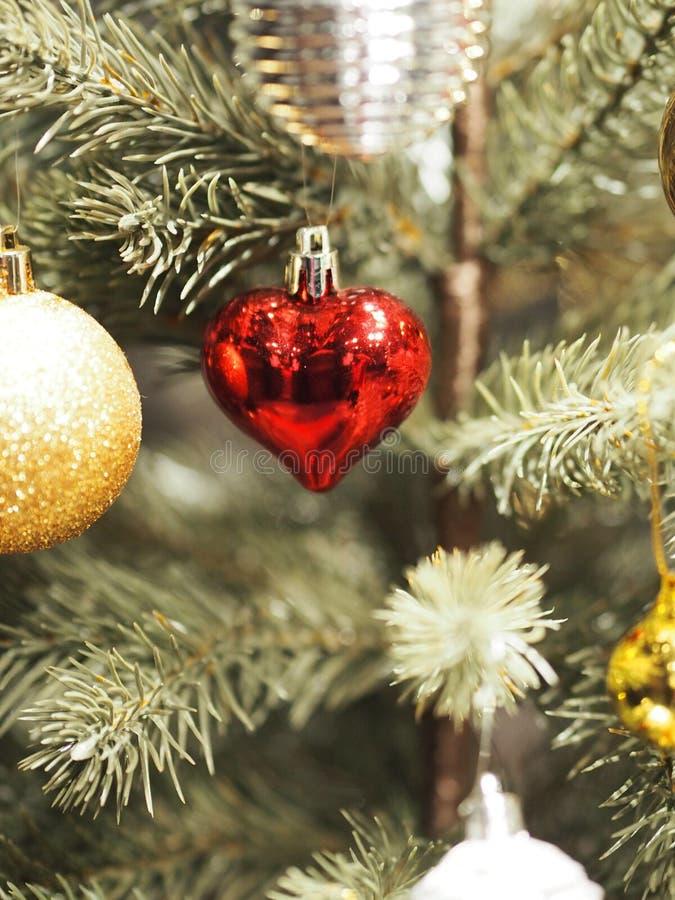天圣诞节饰物装饰礼物盒上色了球雪胡桃钳点燃爱的地球响铃 库存图片