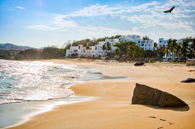 天堂沙滩用土耳其玉色水在Huatulco,瓦哈卡,墨西哥 库存图片