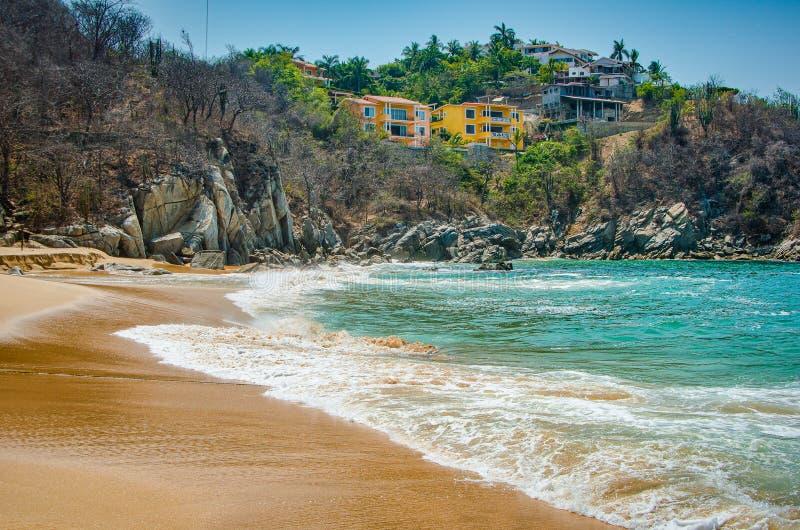 天堂沙滩用土耳其玉色水在Huatulco,瓦哈卡,墨西哥 免版税库存图片