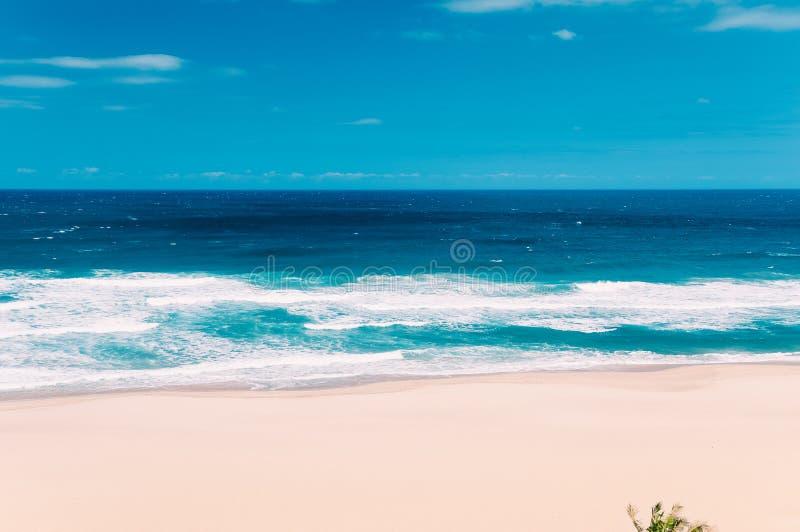 天堂海洋海滩在马盖特,南非,蓝天,白色c 免版税库存照片