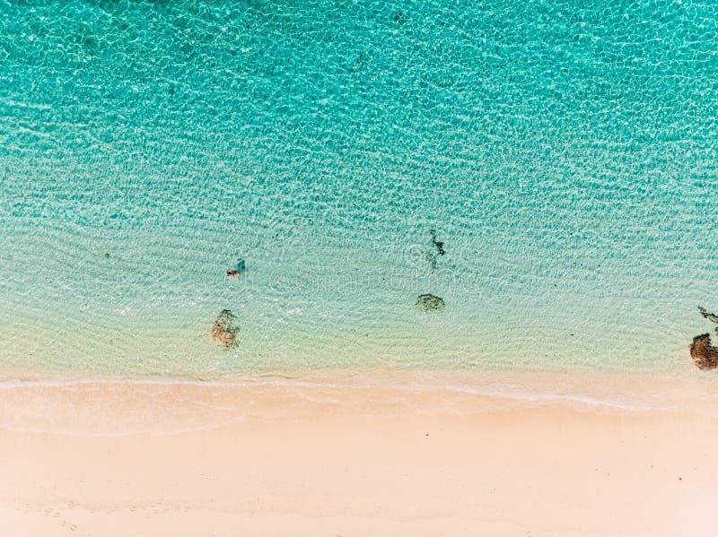 天堂海滩顶视图用绿松石海洋水,空中射击 免版税库存图片