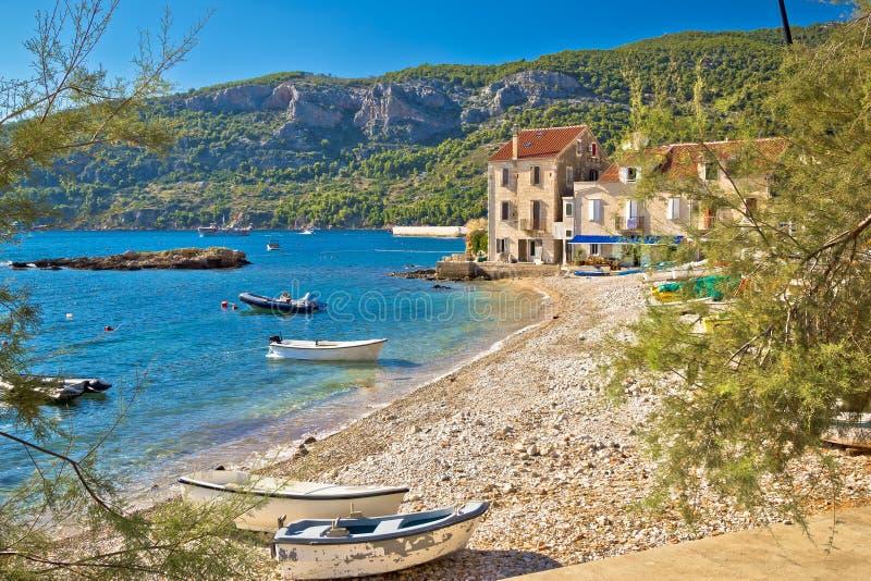 天堂海滩在Komiza亚得里亚村庄 免版税库存图片