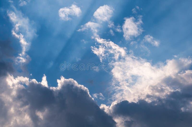 天堂般的阳光通过云彩,桌面的墙纸 免版税库存照片
