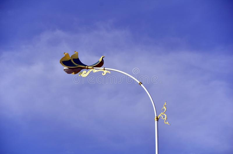天堂鸟在第二泰国缅甸友谊大桥的街灯装饰 免版税库存图片
