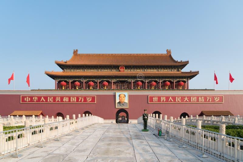 天安门门在北京,中国 在红色墙壁上的中国文本读:在世界上万岁中国和所有人民团结  库存图片