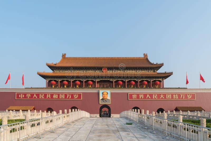 天安门门在北京,中国 在红色墙壁上的中国文本读:在世界上万岁中国和所有人民团结  库存照片