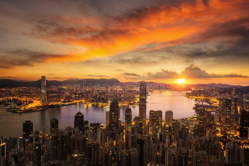 天对香港市日出的夜 库存照片