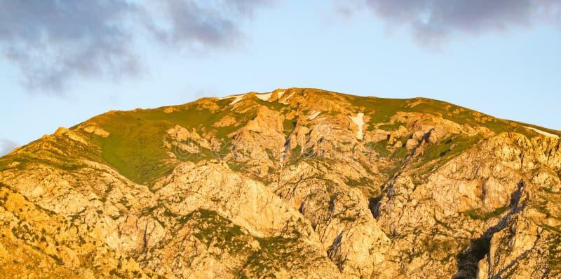 天山的美丽的山在哈萨克斯坦排列 库存照片