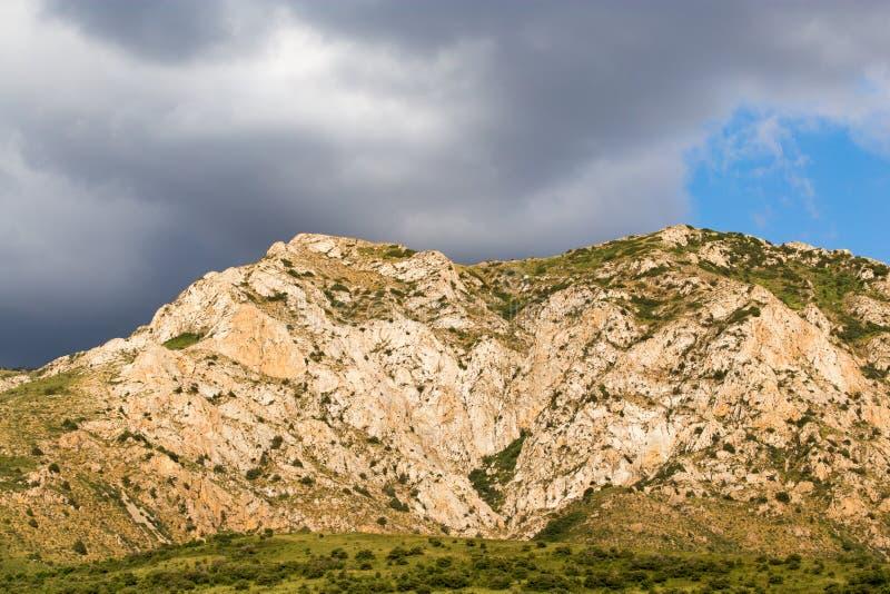 天山的美丽的山在哈萨克斯坦排列 免版税库存图片