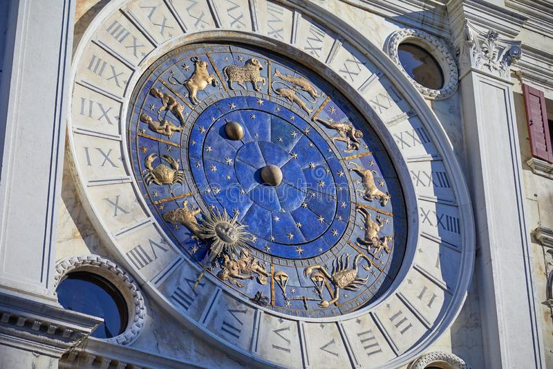 天文学时钟在有金黄道带标志的威尼斯,意大利 免版税库存图片