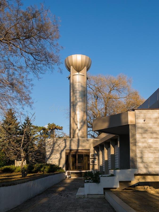天文学观测所和天文馆'尼古拉・哥白尼的在瓦尔纳海庭院里在一好日子 免版税库存图片
