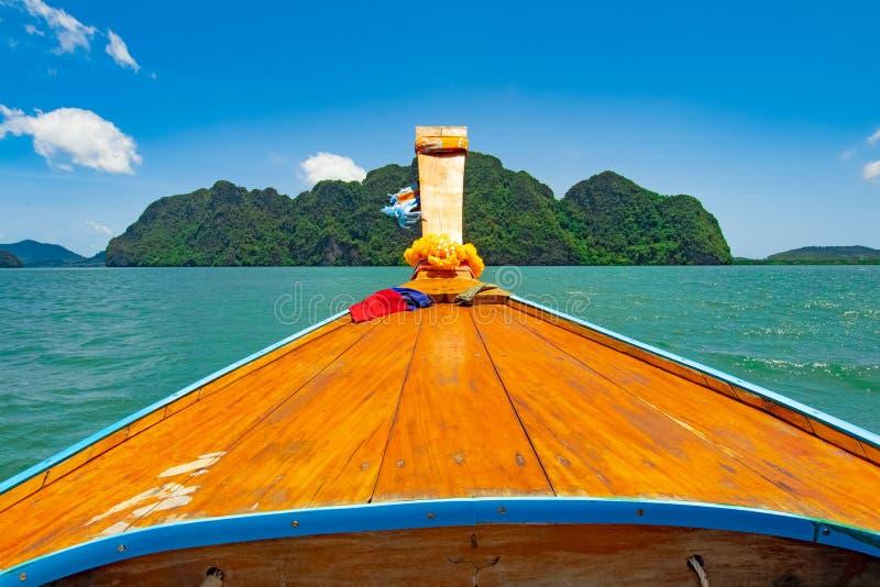 天旅行乘长尾巴小船到天堂未看见的海岛 免版税库存图片