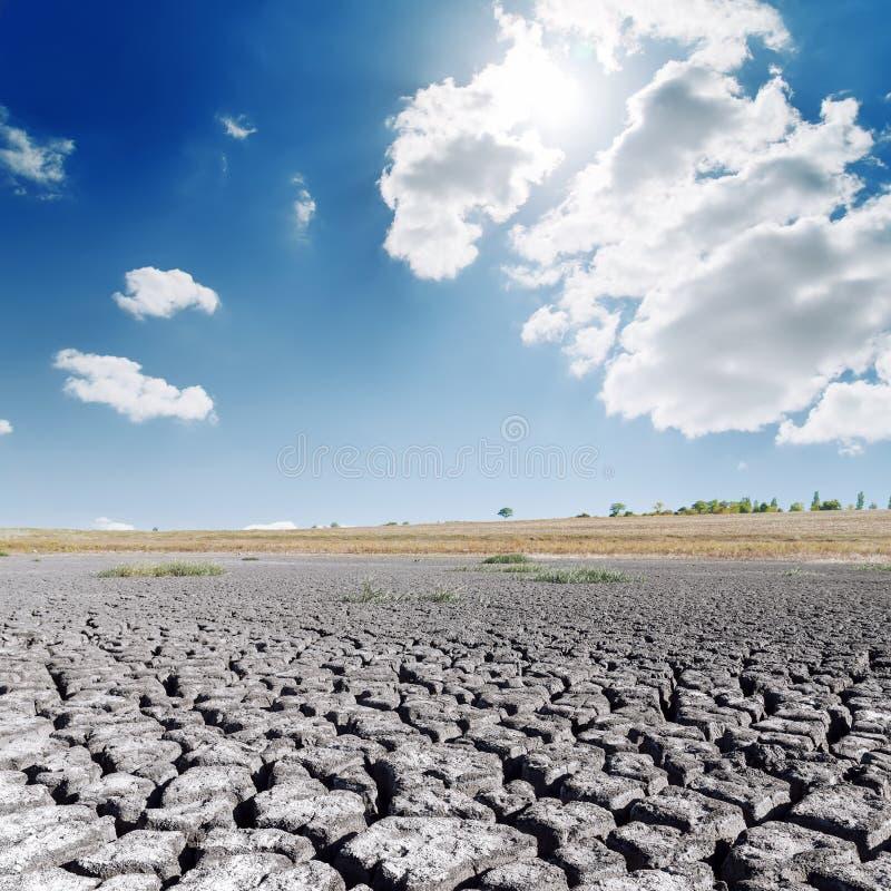 天旱土地和热的太阳在蓝天与云彩 库存图片