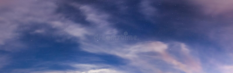 满天星斗的天空和云彩全景 库存照片